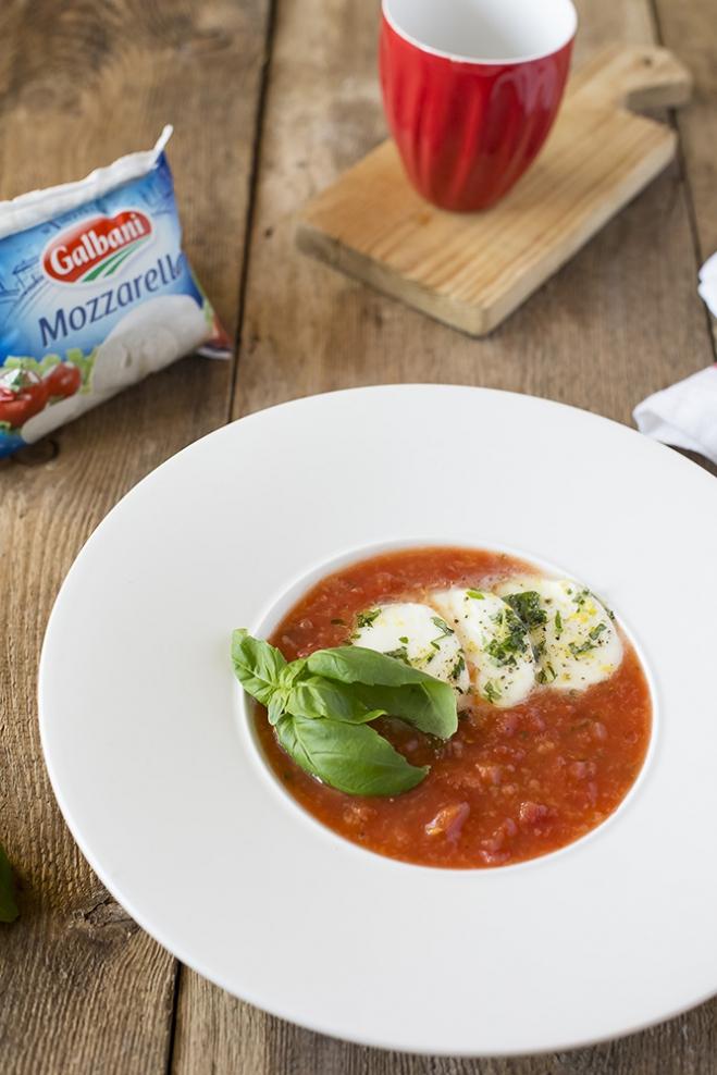 Zupa pomidorowa z mozzarellą Galbani marynowaną w cytrynie z bazylią - Galbani