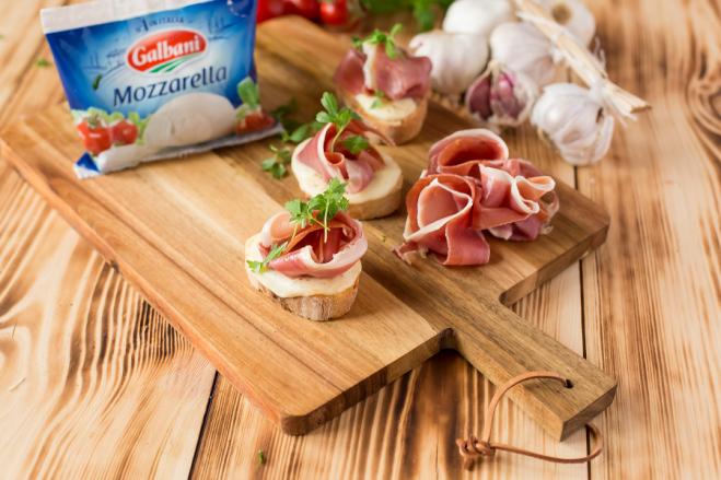Grzanki z mozzarellą i szynką - Galbani