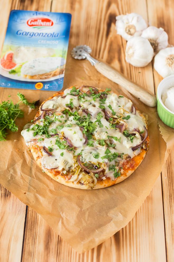 Pizza z cebulą, czerwoną cykorią i serem - Galbani