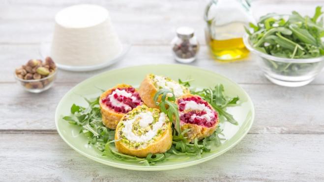 Kolorowy omlet z mascarpone, burakiem i pistacjami - Galbani