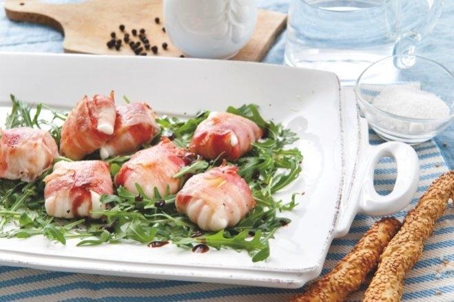 Przekąski z bekonu i mozzarelli podane na rukoli - Galbani