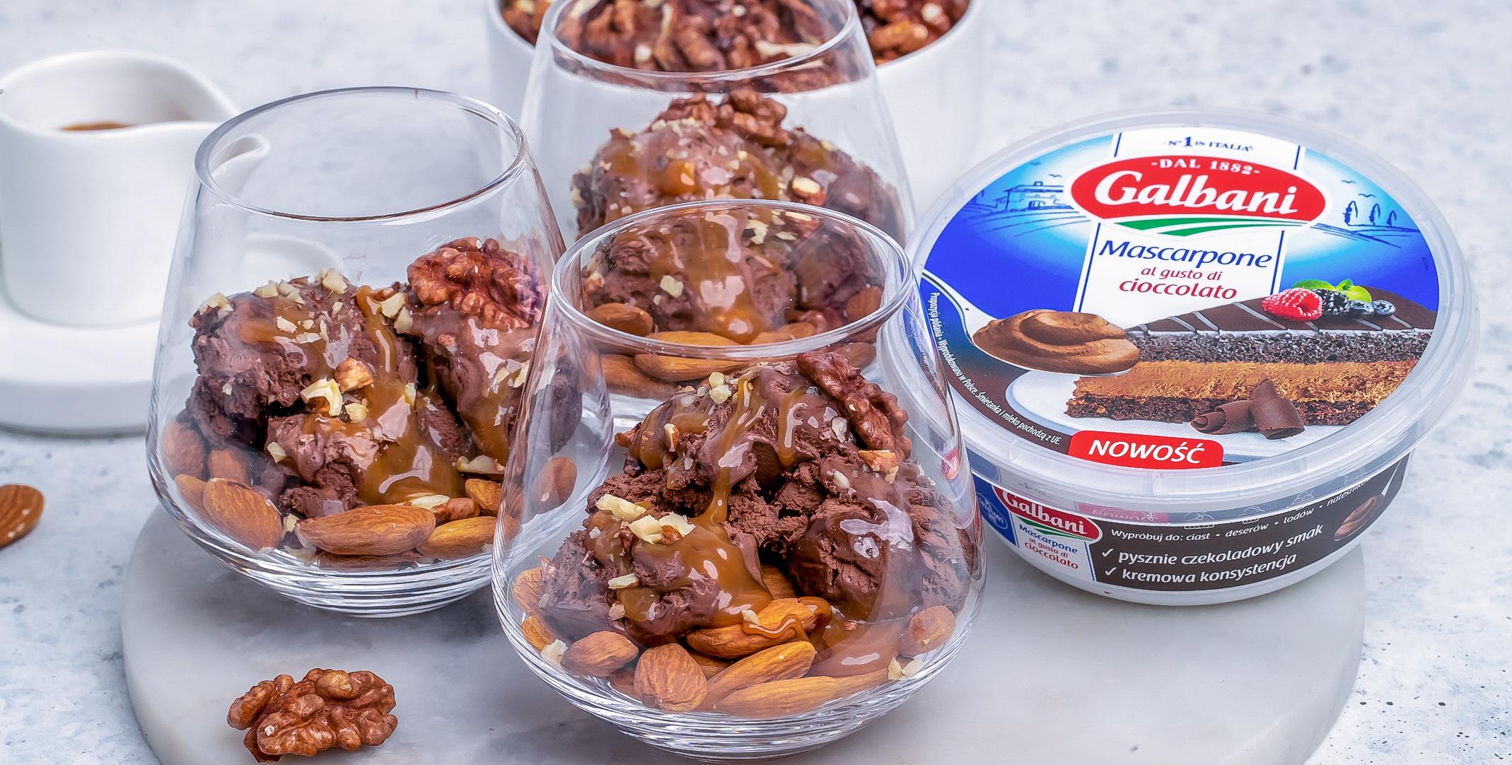 Kremowe lody czekoladowe z karmelem i prażonymi migdałami oraz mascarpone - Galbani – od ponad 130 lat dostarczamy najlepsze włoskie smaki na talerze całego świata